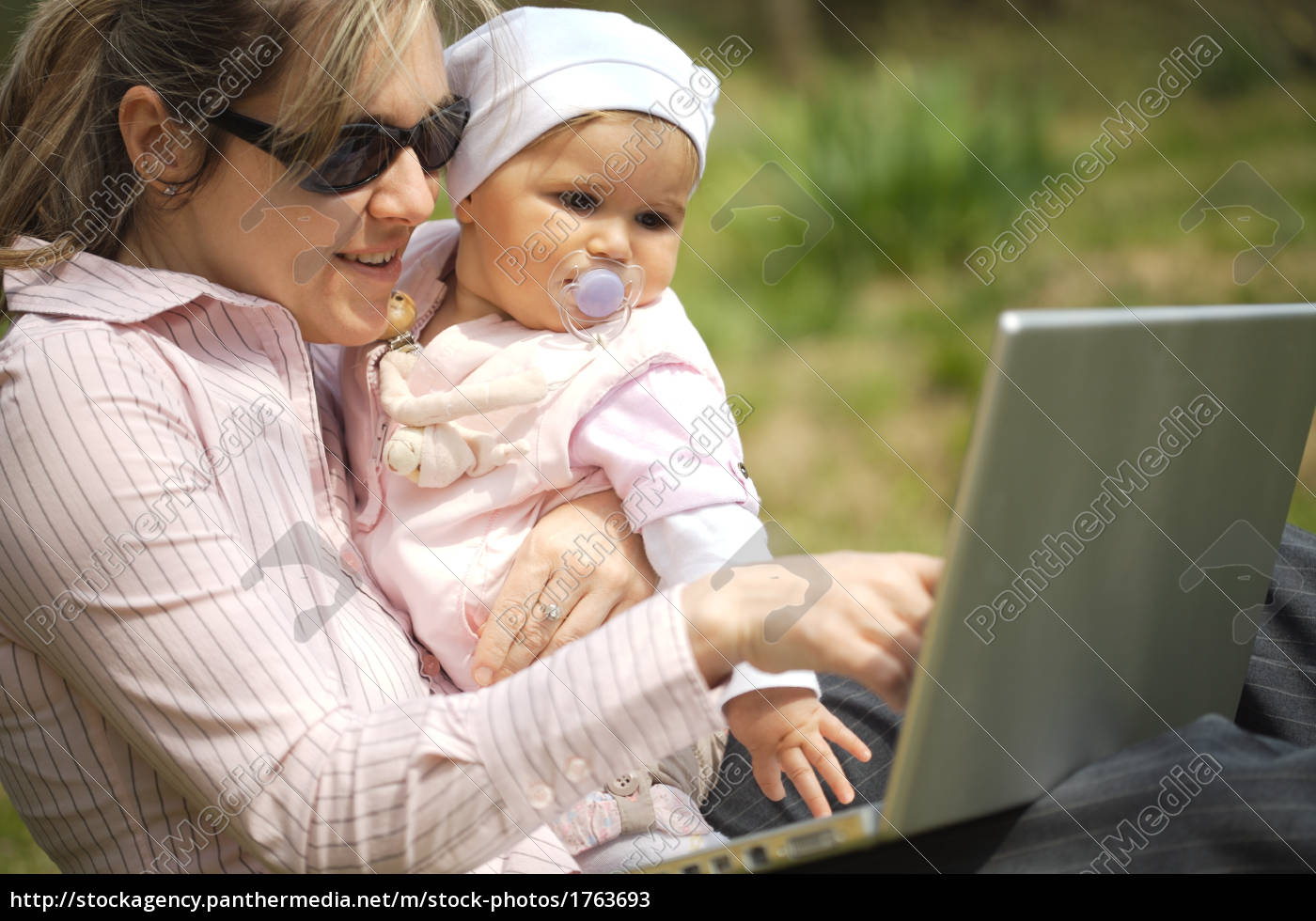 mother, uses, a, laptop - 1763693