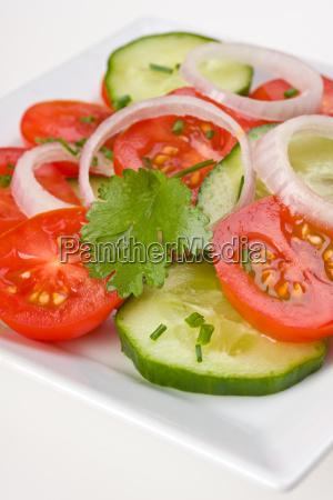 tomaten gurkensalat auf einem weissen teller