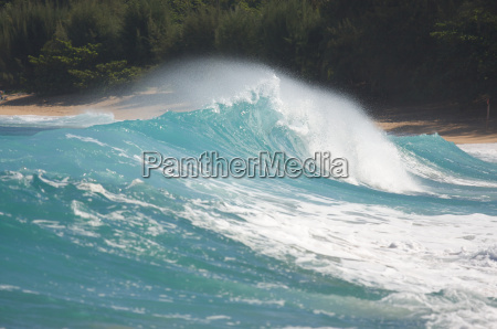 dramatic, shorebreak, wave, on, a, clear - 2203859