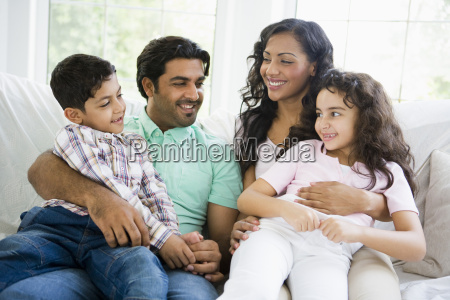 familia na sala de estar sentada