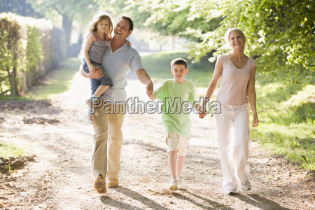 rodzina chodzenie na zewnatrz gospodarstwa rece