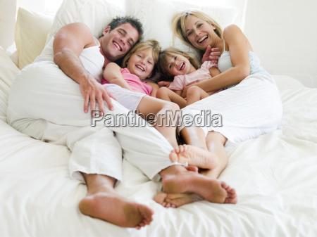 familia deitada na camasorrindo