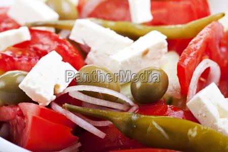 griechischer salat auf einem weissen teller