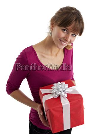 huebsche junge frau haelt ein geschenk
