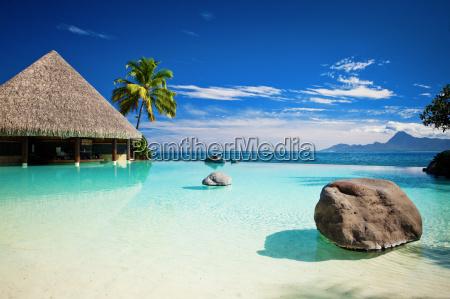 piscina a sfioro con spiaggia artificiale