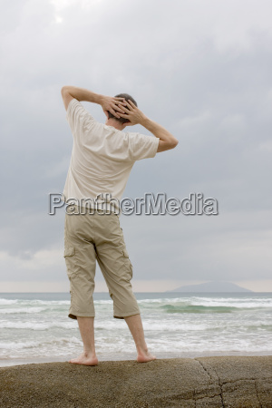 man enstpannt seaside