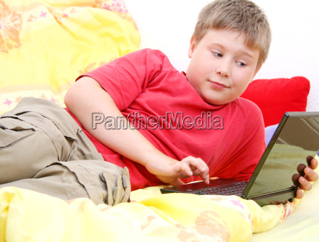 child surfing the www