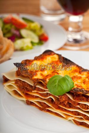 lasagne auf einem weissen teller