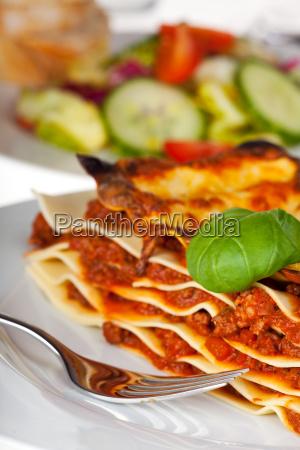 lasagne nudelgericht auf einem weissen teller