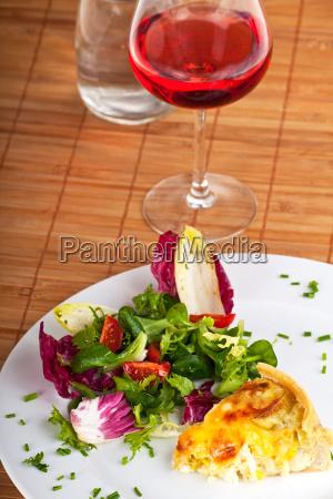 stueck quiche lorraine auf einer platte