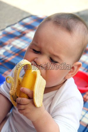 child, eat, yellow, banana, in, outdoors - 2820725