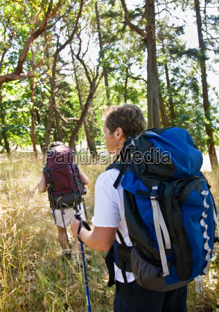 couple, hiking, with, backpacks - 2822731