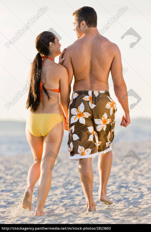 couple, walking, on, beach - 2823603