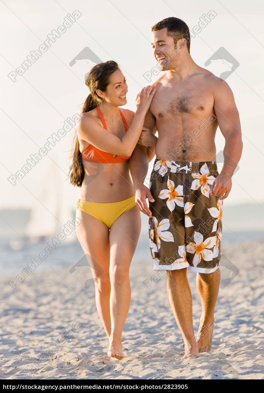 couple, walking, on, beach - 2823905