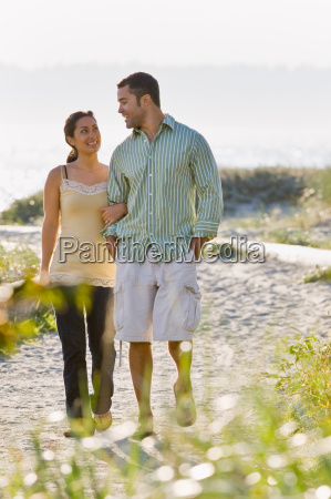 couple, walking, on, beach - 2823997