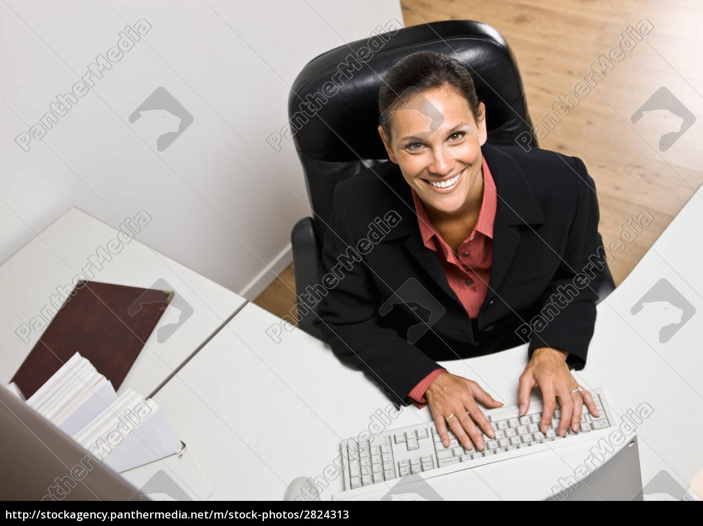 businesswoman, typing, on, computer - 2824313