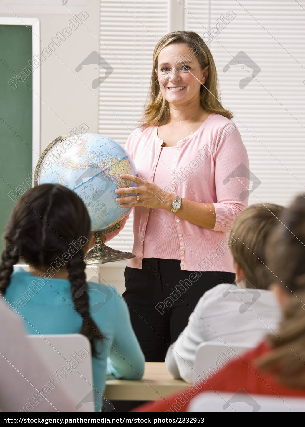 teacher, explaining, globe, to, students - 2832953