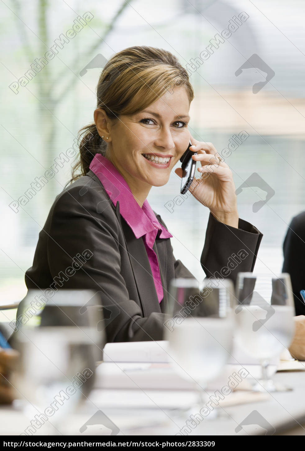 businesswoman, smiling, with, cell, phone - 2833309