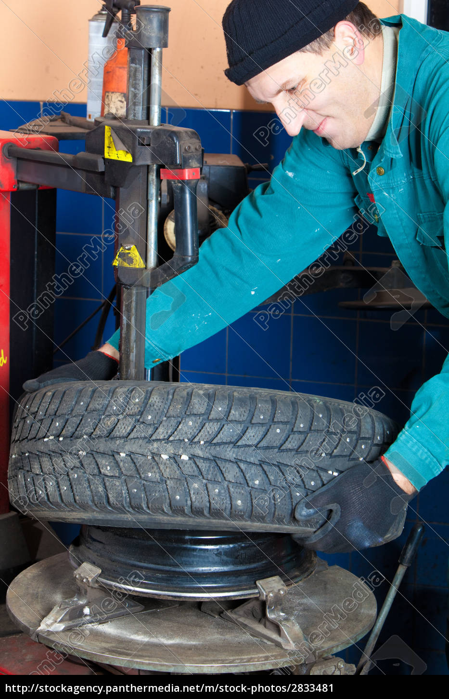 mechanic, in, garage - 2833481