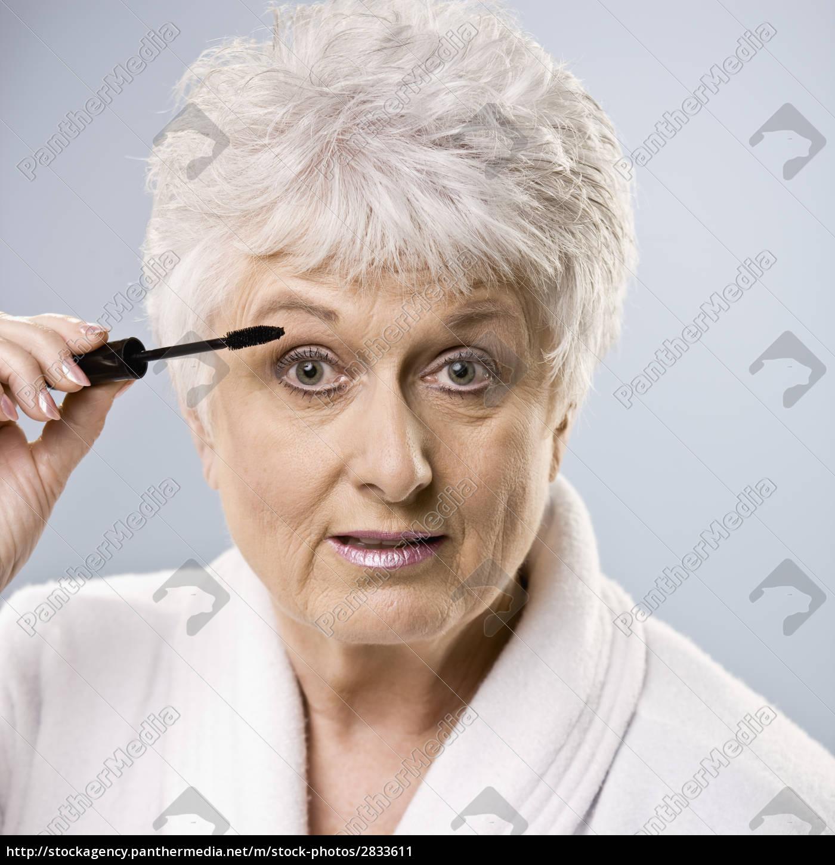 older, woman, putting, on, makeup - 2833611