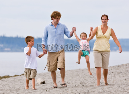 family, playing, at, beach - 2834811