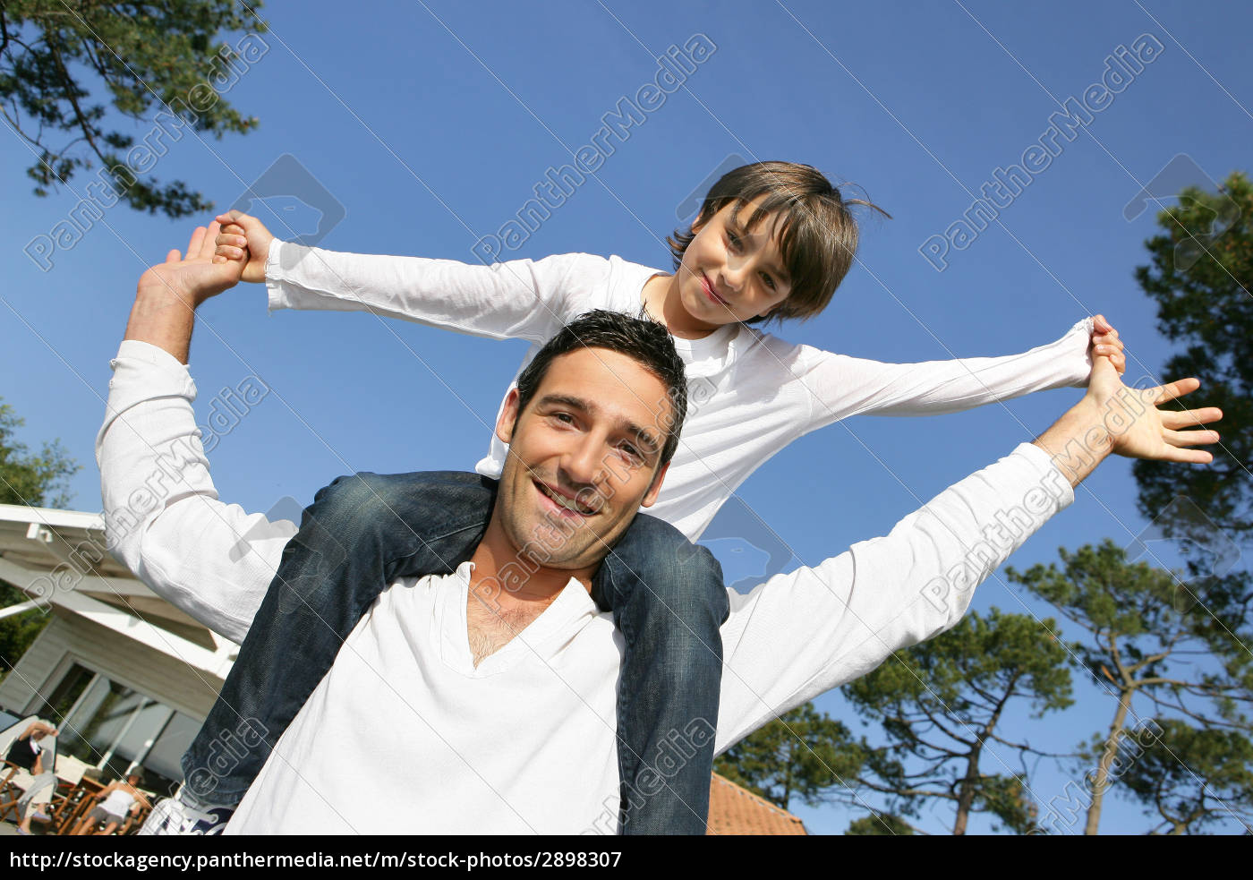 little, boy, sitting, on, the, shoulders - 2898307