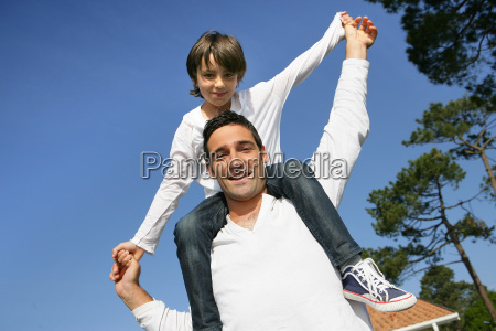 little, boy, sitting, on, the, shoulders - 2898649