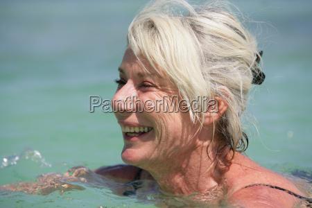 portrait, of, a, smiling, elderly, woman - 2910771