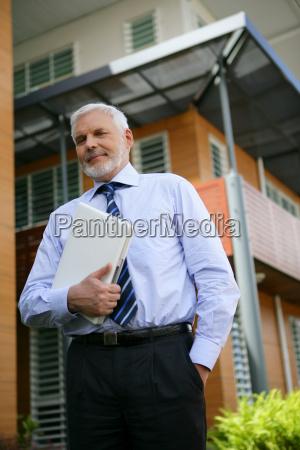senior, man, dressed, with, laptop, under - 2910313
