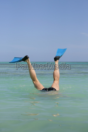 old, man, bathing, in, the, sea - 2912861