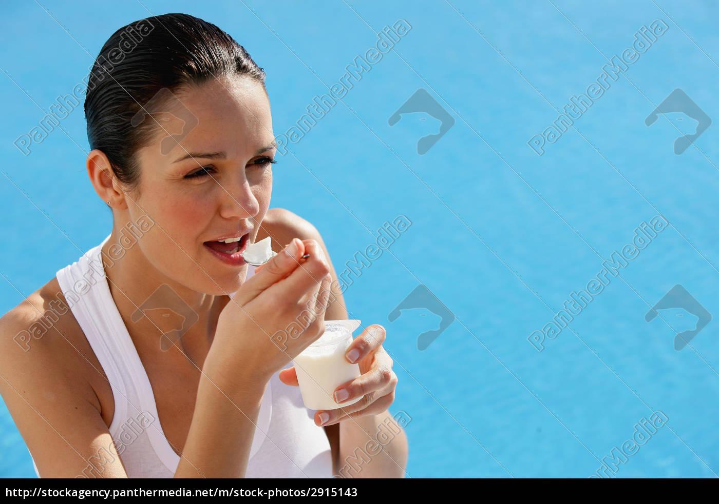 portrait, of, a, woman, eating, yogurt - 2915143
