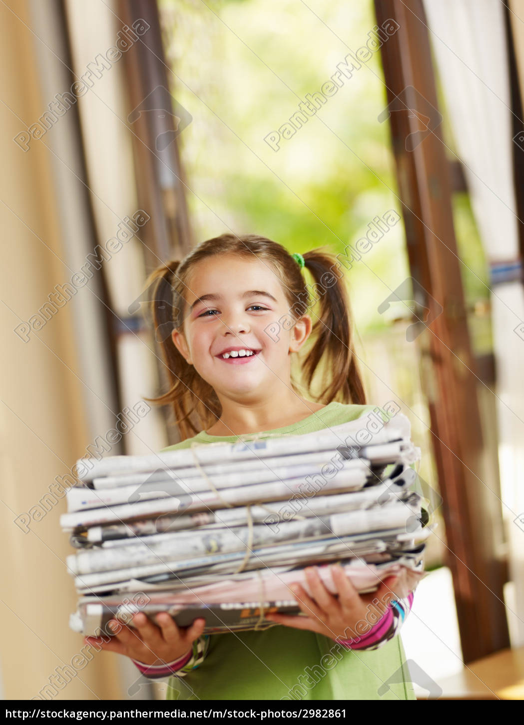 girl, recycling, newspapers - 2982861