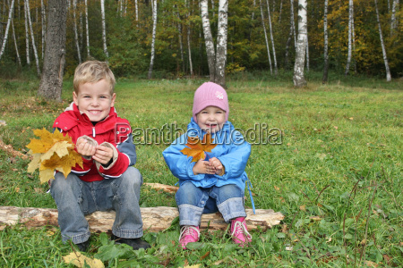 children, sit, in, autumn, park - 3002921