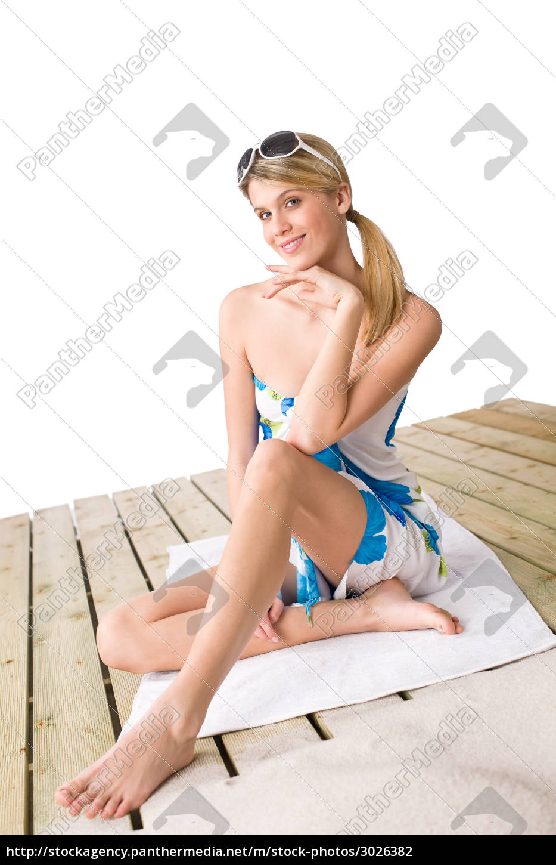 beach, -, woman, sitting, in, pareo - 3026382