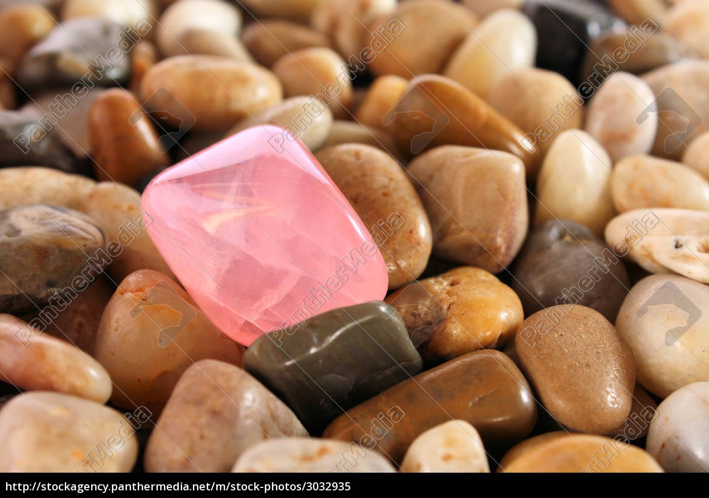 rose, quartz, on, pebbles - 3032935