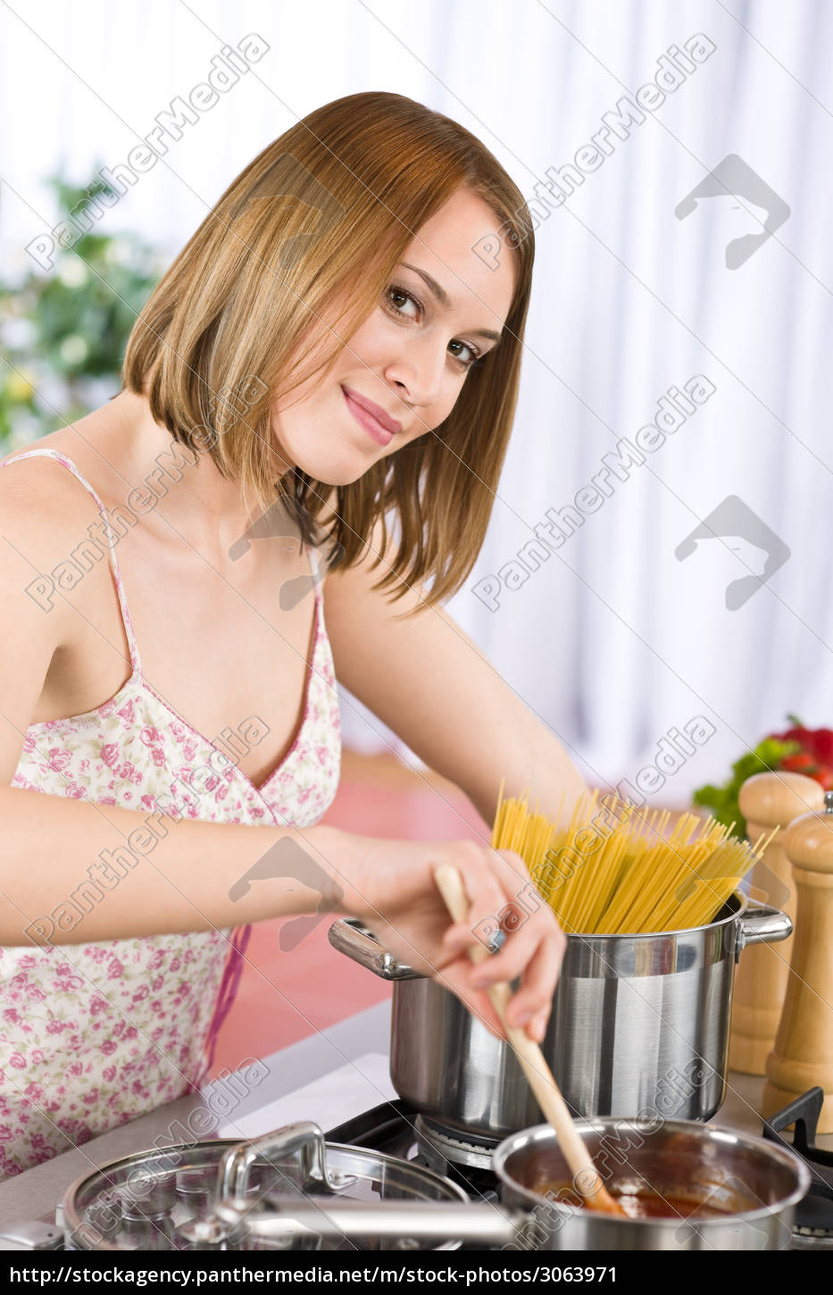 cooking, -, young, woman, with, spaghetti - 3063971