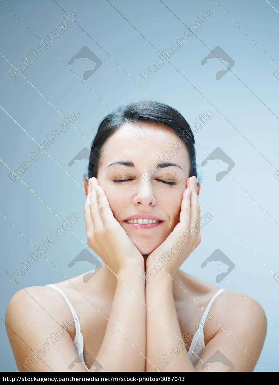 woman, applying, makeup, with, brush - 3087043
