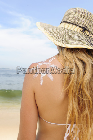woman, putting, cream, on, the, beach - 3154387