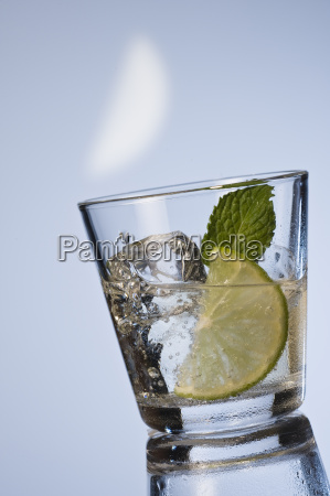 mineral water with mint and ice