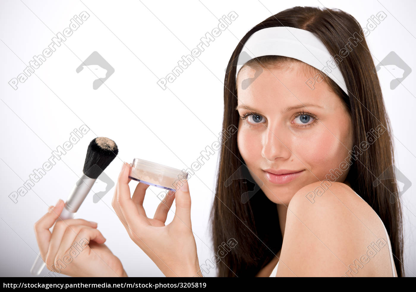 beautiful, woman, applying, powder, with, brush - 3205819