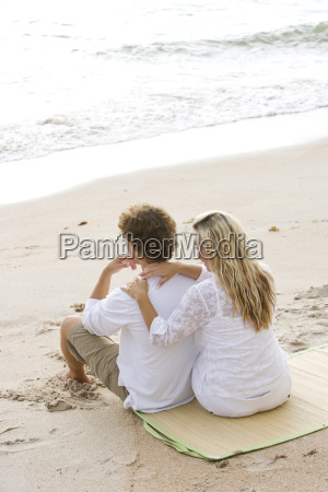 happy, young, couple, sitting, on, beach - 3207647