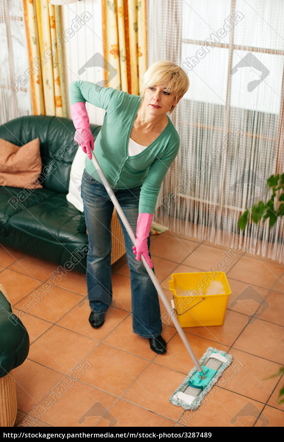 woman, mopping, the, floor, in, the - 3287489