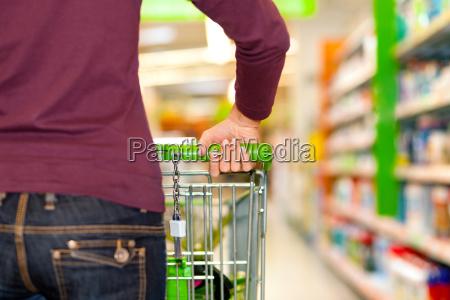 donna in supermercato con il carrello