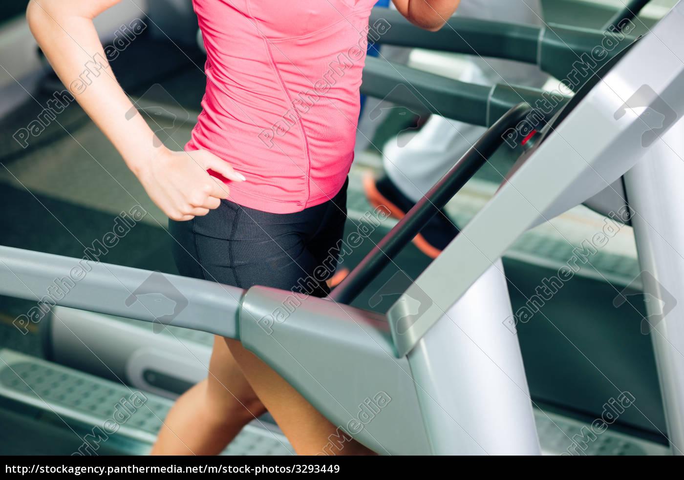 people, running, on, treadmill, in, studio - 3293449