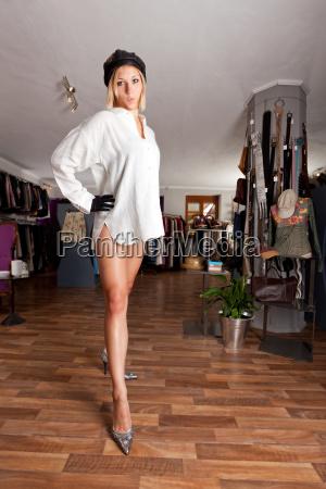 junge frau in einer boutique