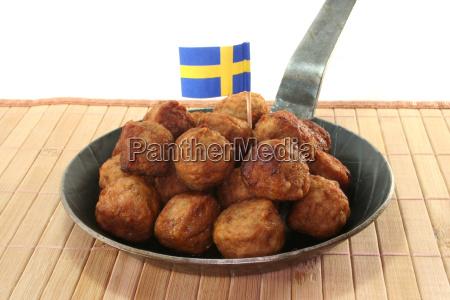 koettbullar in a pan