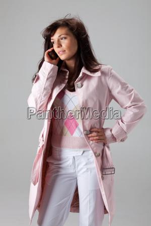 maedchen in einem rosa mantel