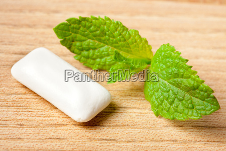 mint leaf and chewing gum