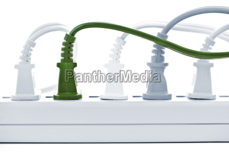 cables enchufados en la barra de