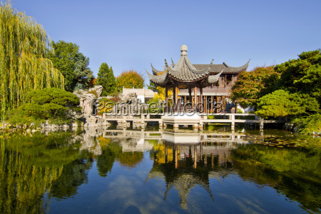 reflection by the pond in chinese